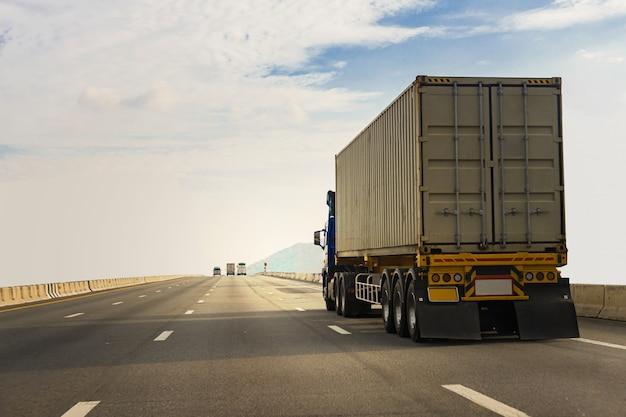 Camion bianco sulla strada della strada principale con il contenitore, concetto del trasporto., importazione, trasporto industriale logistico di esportazione trasporto terrestre sulla superstrada dell'asfalto Foto Premium