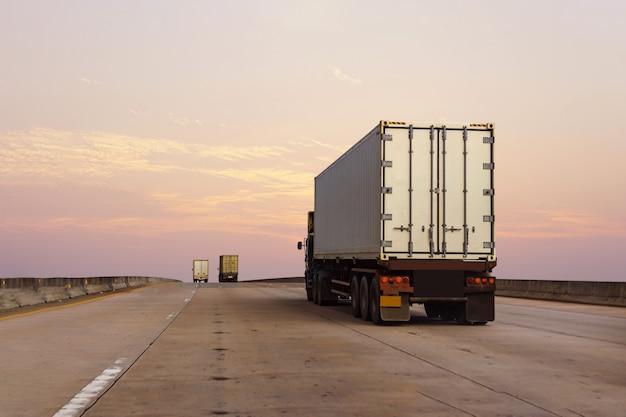 Camion bianco sulla strada statale con contenitore Foto Premium