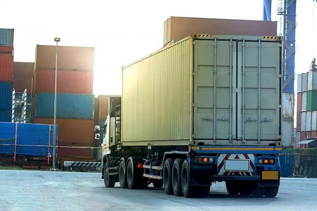 Camion carico bianco contenitore nel porto logistico della nave Foto Premium