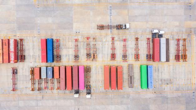 Camion dei semi di vista aerea con parcheggio del rimorchio del carico con altri camion sul parcheggio del porto industriale. Foto Premium