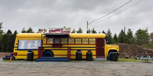 Camion di cibo a bordo strada, st. peter's, isola di cape breton, nova scotia, canada Foto Premium