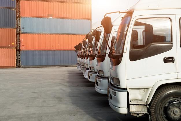 Camion portacontainer nel deposito al porto. logistica importazione esportazione sfondo e concetto di industria dei trasporti. Foto Premium