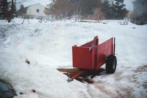 Camion rosso su terra innevata durante il giorno Foto Gratuite