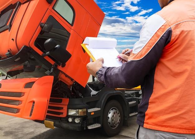 Camionista sta ispezionando il camion. Foto Premium