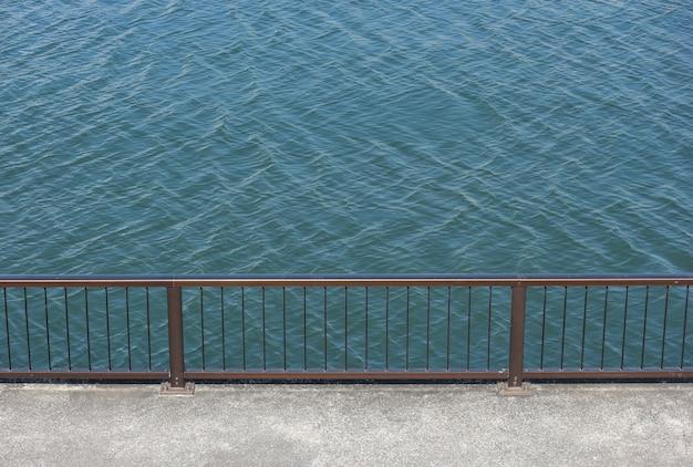 Camminare a muro con recinto di tubo maniglia in acciaio vicino al lato del fiume. Foto Premium