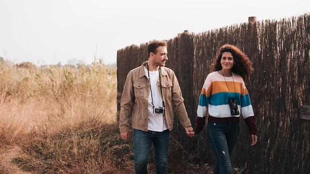Camminata felice delle coppie di vista frontale Foto Gratuite