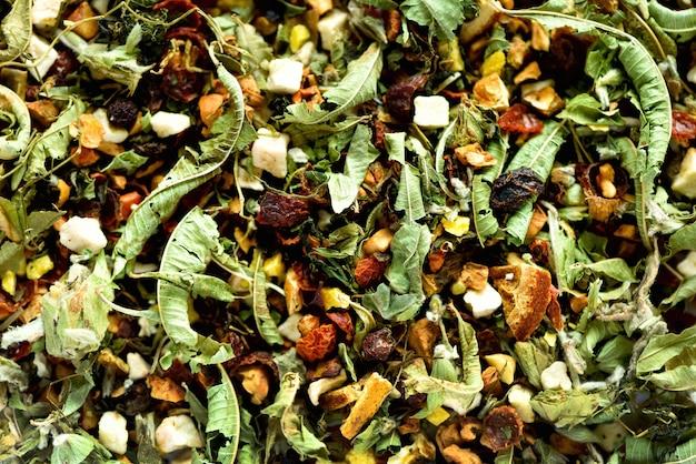 Camomilla secca biologica e tisana alle erbe. cibo. foglie di erbe biologiche sane Foto Premium
