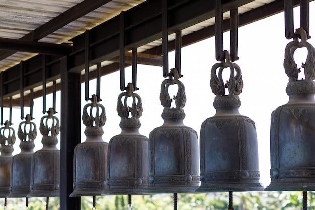 Campane della chiesa, colpo preso dalla vista laterale nel tempio. Foto Premium