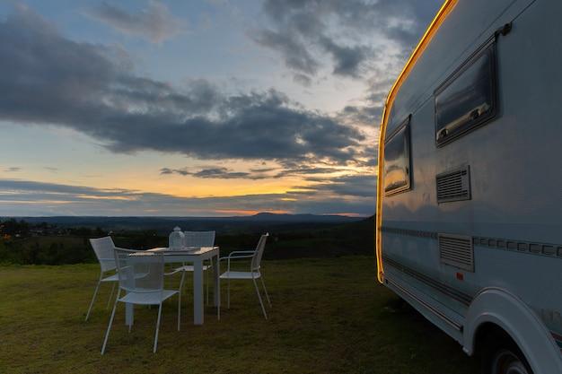 Campeggio con roulotte al crepuscolo Foto Gratuite