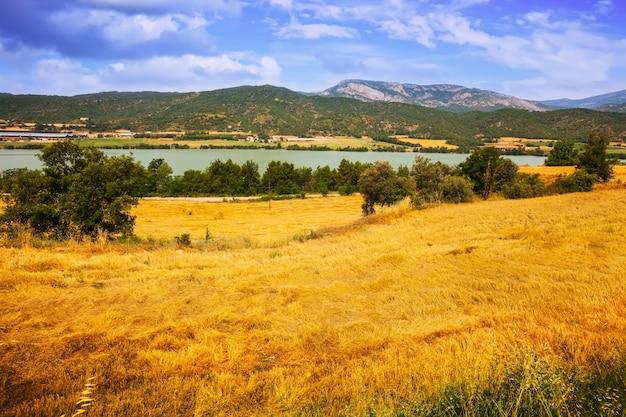 Campi a river valley Foto Gratuite