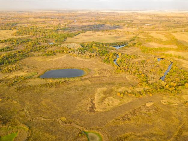 Campo aereo paesaggio estivo con alberi e panorama di erba, laghi e fiumi Foto Premium
