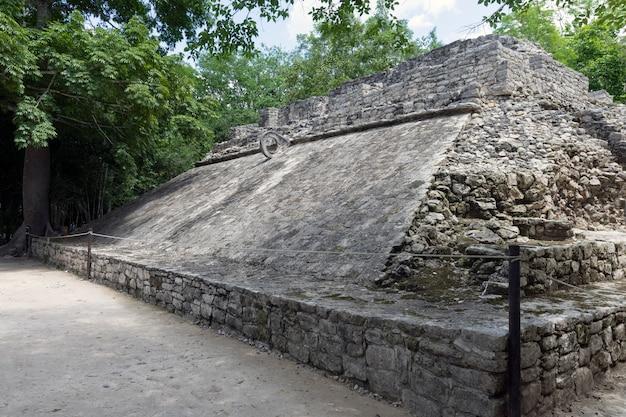 Campo da ballo nell'antica città maya di coba in messico Foto Premium