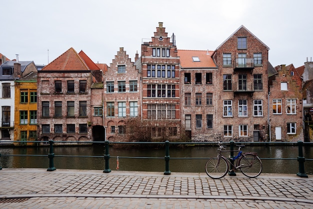 Canali di bruges: spiegelrei e jan van eyckplein come sfondo. belgio Foto Premium