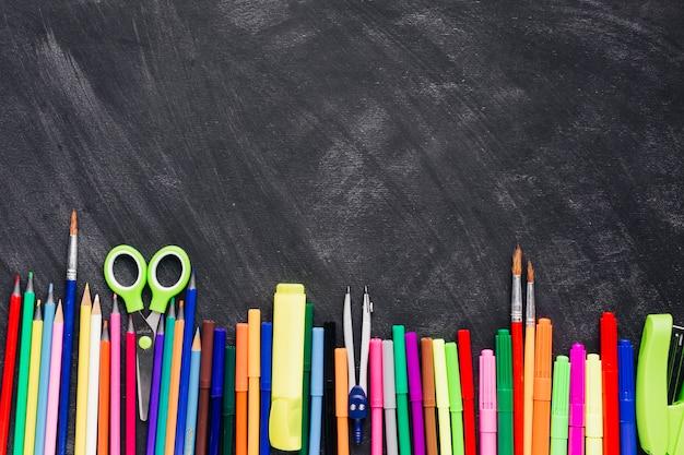 Cancelleria creativa luminosa in linea su sfondo grigio Foto Gratuite