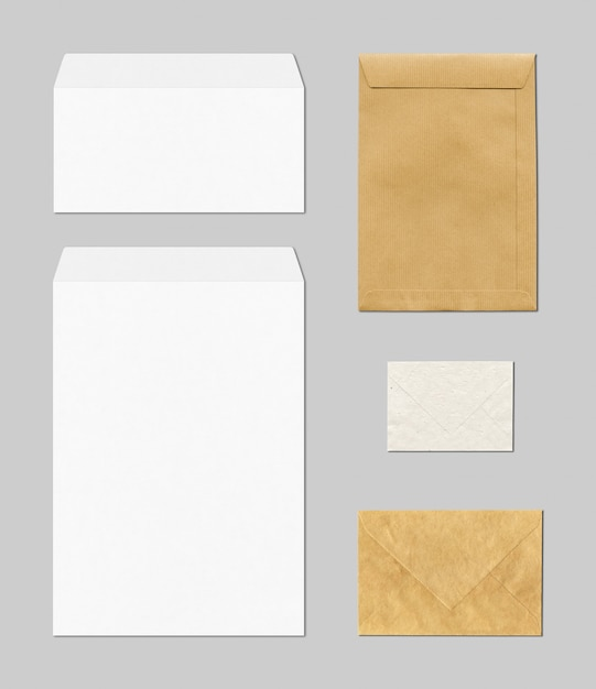 Cancelleria in bianco di affari con le buste in marrone e bianco Foto Premium