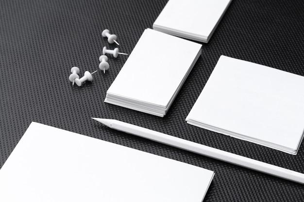 Cancelleria in bianco per il marchio di affari isolato su fondo bianco Foto Premium
