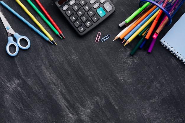 Cancelleria vibrante e calcolatrice su sfondo grigio Foto Gratuite
