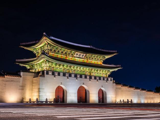 Cancello di gwanghwamun del palazzo di gyeongbokgung Foto Premium