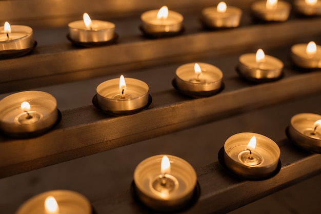 Candele accese, fuoco, calore, candele sacre nella chiesa Foto Gratuite