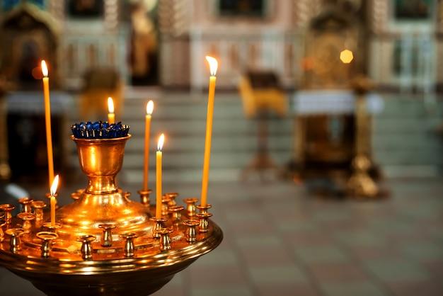 Candele accese nella chiesa ortodossa. simbolo della religione Foto Premium