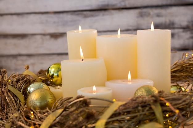 Decorare Candele Di Natale : Candele bianche accese con decorazioni di natale scaricare foto