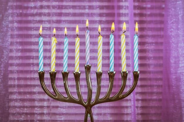 Candele chanukah tutte in una festa ebraica simbolo Foto Premium