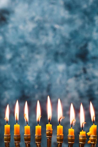 Candele dell'agrifoglio del primo piano che bruciano Foto Gratuite