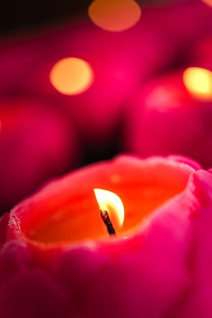 Candele di fiori che bruciano di notte. Foto Premium