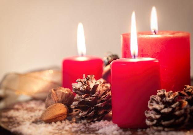 Decorare Candele Di Natale : Candele di natale con decorazioni di natale natale o atmosfera