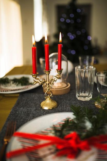 Candele fiammeggianti a candelabro sul tavolo Foto Gratuite