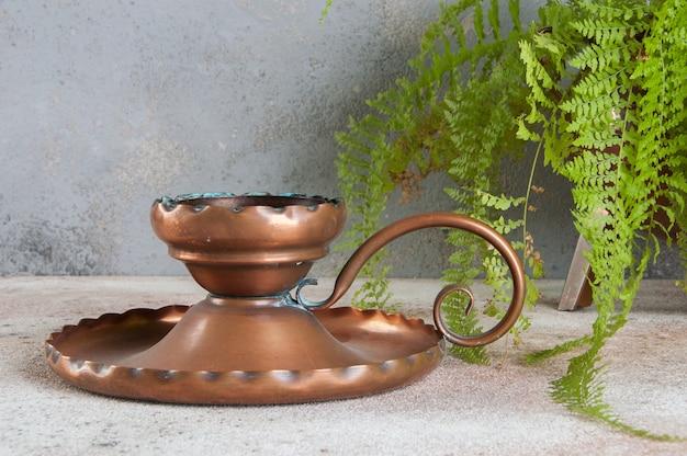 Candeliere antico su cemento Foto Premium