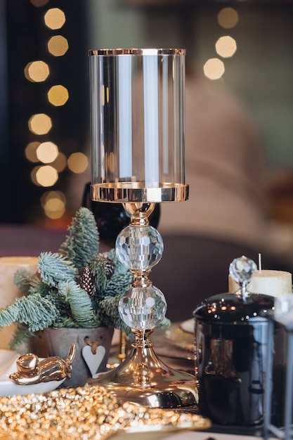 Candeliere di vetro su una tabella di nuovo anno Foto Premium