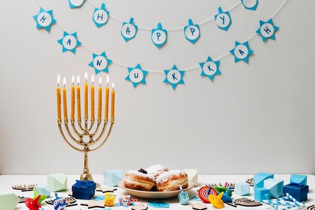 Candeliere ebreo tradizionale su una tabella Foto Gratuite