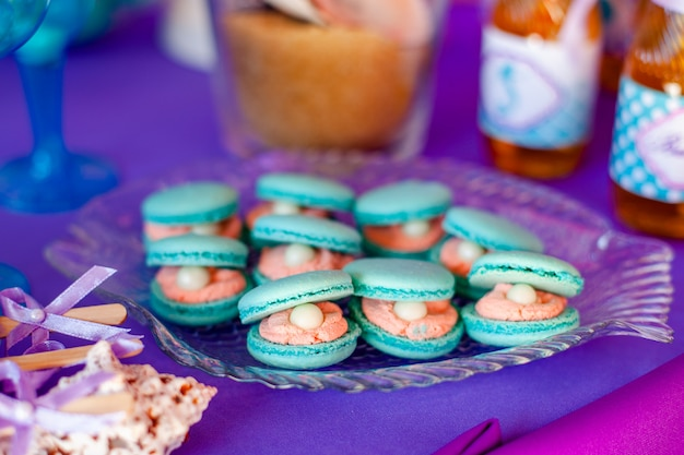 Candy bar, contiene frutta, cupcake, cioccolato e altri dolci sul matrimonio Foto Premium