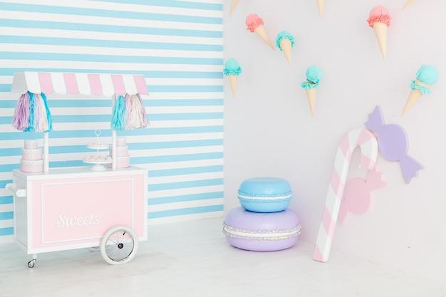 Candy bar interno con gelato sul muro. Foto Gratuite
