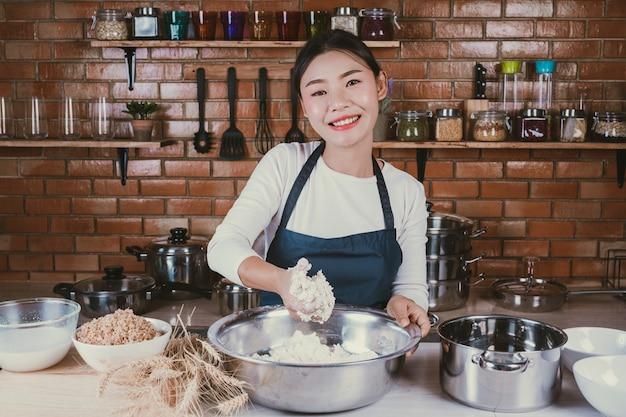 Candy girl in cucina. Foto Gratuite