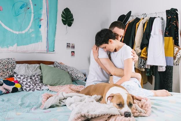 Cane con i proprietari durante la mattinata Foto Gratuite