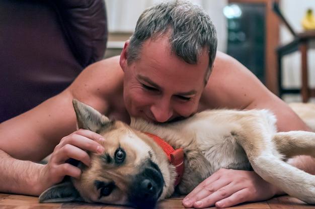 Matrimonio Uomo Cane : Cane freddo e uomo maturo divertirsi a casa sorridere