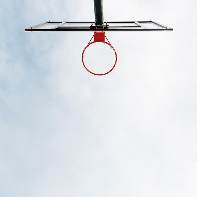 Canestro da basket e rete con vista del cielo Foto Gratuite