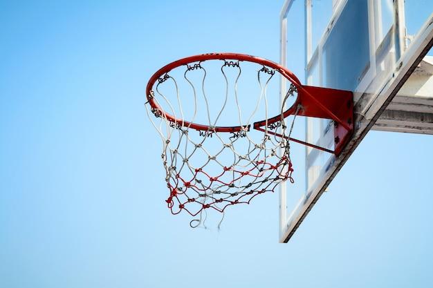 Canestro da basket nel cielo blu Foto Premium