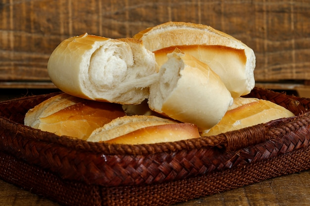 Canestro del pane francese su fondo di legno rustico Foto Premium