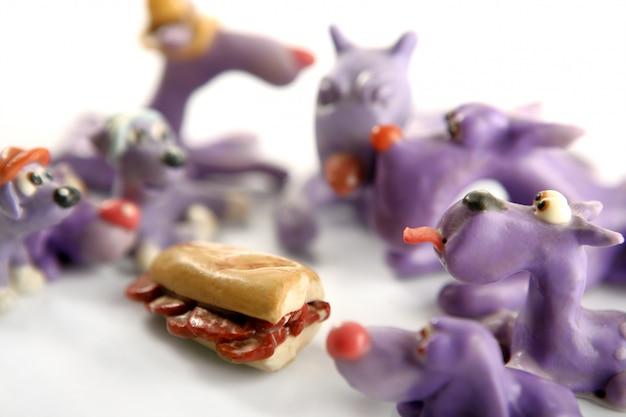 Cani di plastilina affamati fatti a mano, carne da mangiare Foto Premium