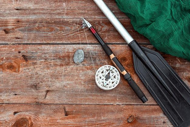 Canna da pesca a remi e rete da pesca su una vista dall'alto in legno vacanza di hobby di pesca Foto Premium