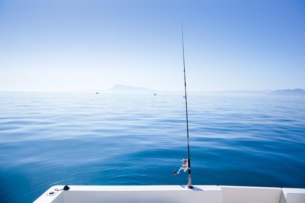 Canna da pesca in barca nel mare blu mediterraneo Foto Premium