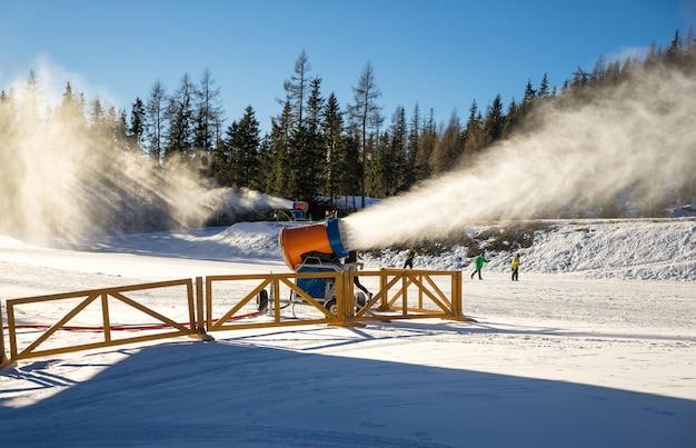 Cannone da neve in azione Foto Premium