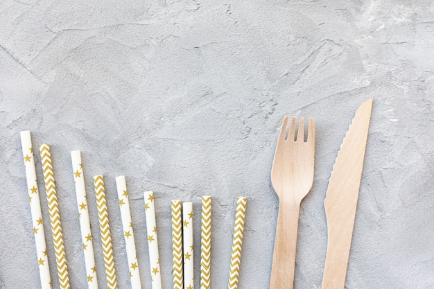 Cannucce di carta e coltelli e forchette di legno Foto Premium