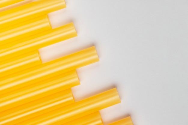 Cannucce di plastica gialle di vista superiore Foto Gratuite