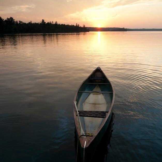 Canoa che galleggia sull'acqua a lake of the woods, ontario Foto Premium
