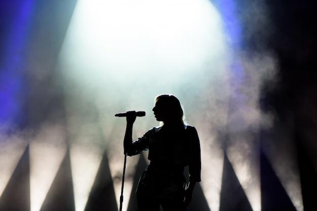 Cantante che canta al microfono Foto Premium