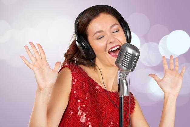 Cantante della donna in vestito brillante rosso isolato Foto Premium